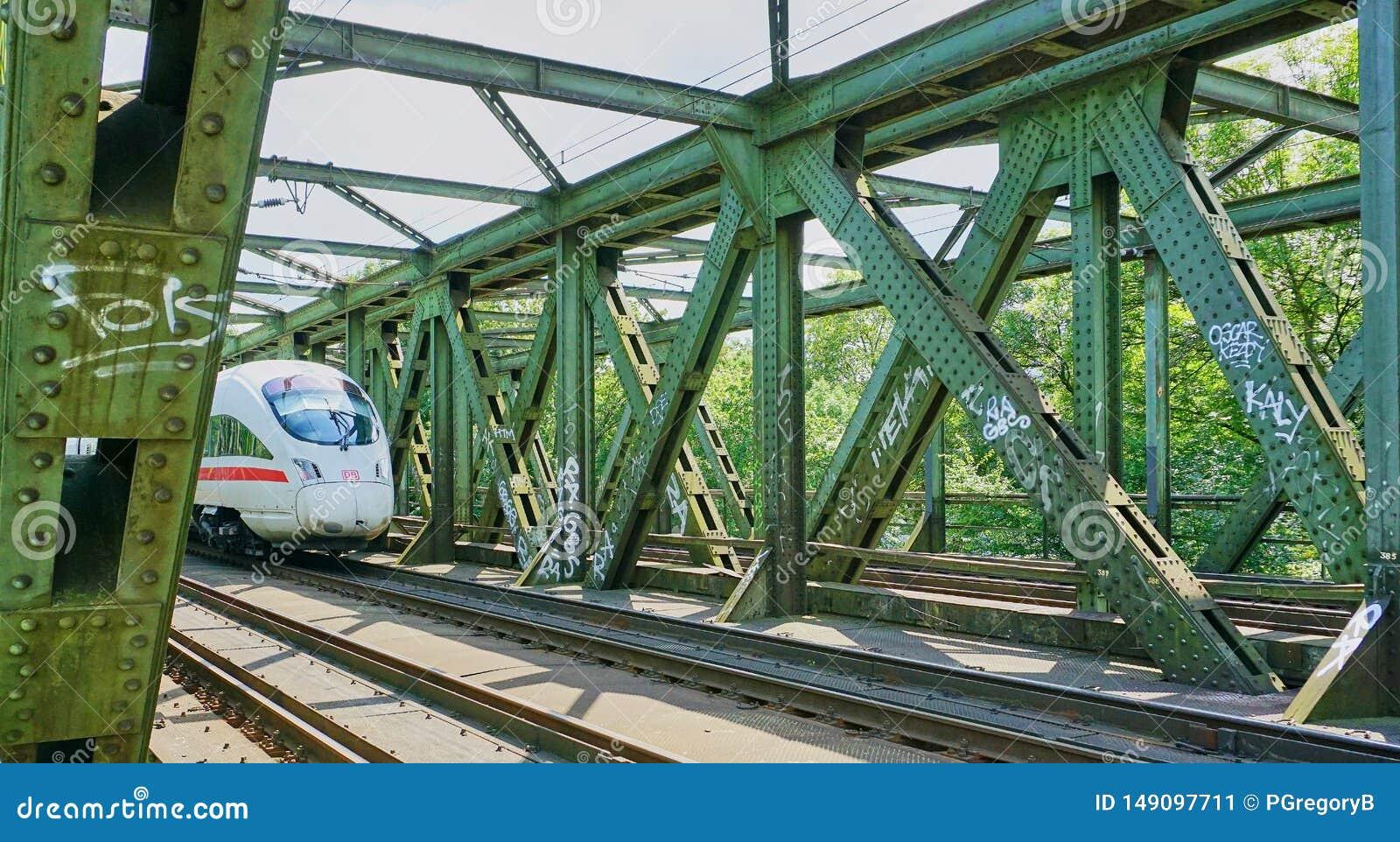 在支架的高速城市间的火车