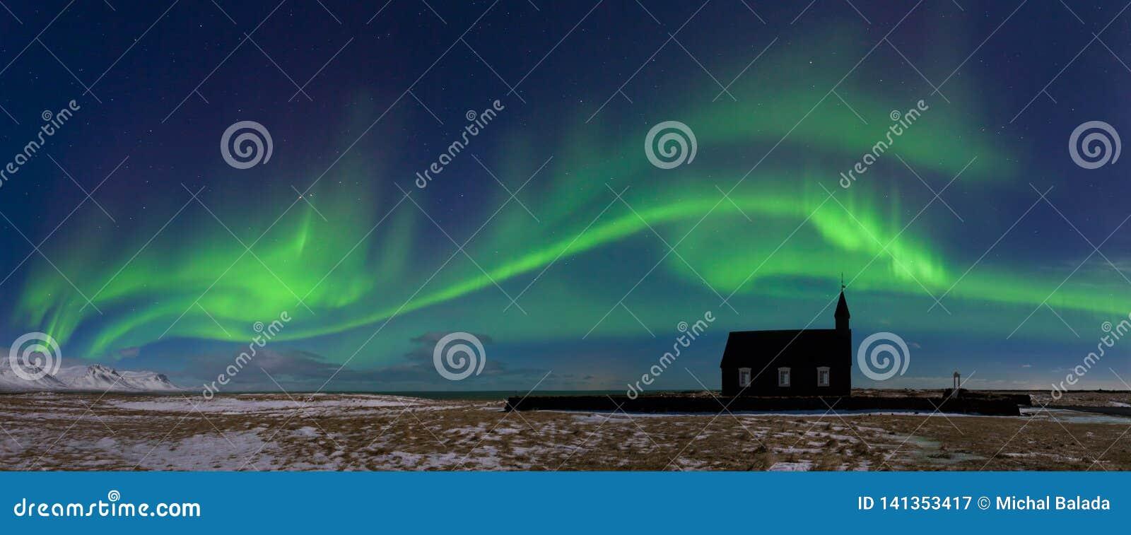 在教会上的极光borealis在冰岛 北的绿灯 与极光的满天星斗的天空