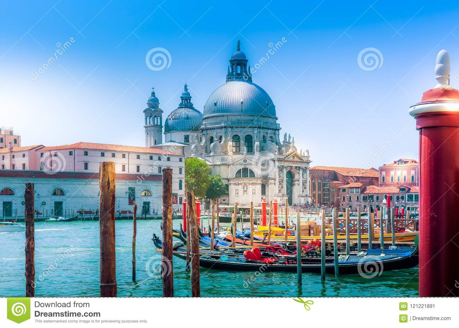 在教会大教堂二圣玛丽亚della致敬和运河的威尼斯视图有长平底船的