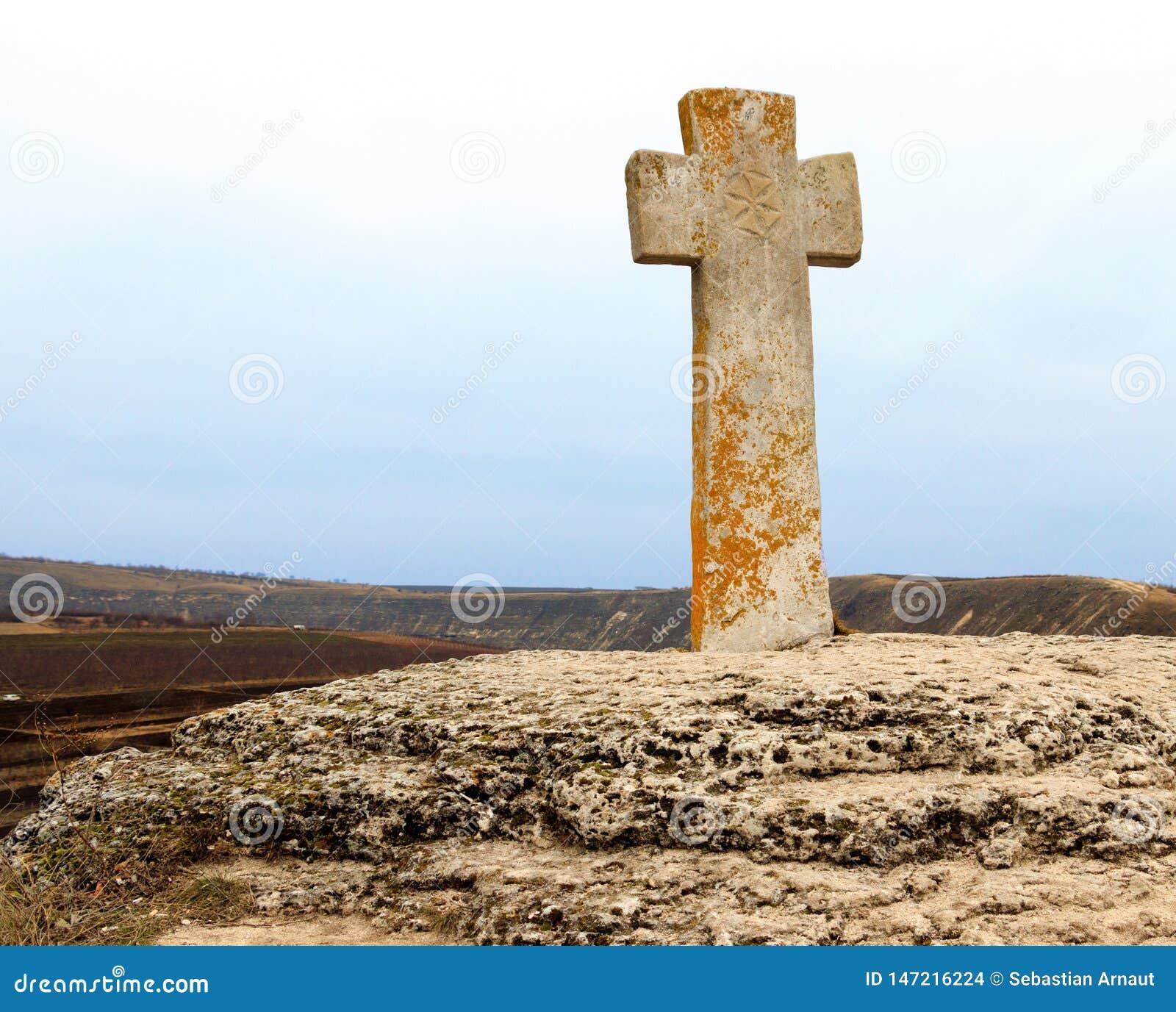 在教会附近的石十字架