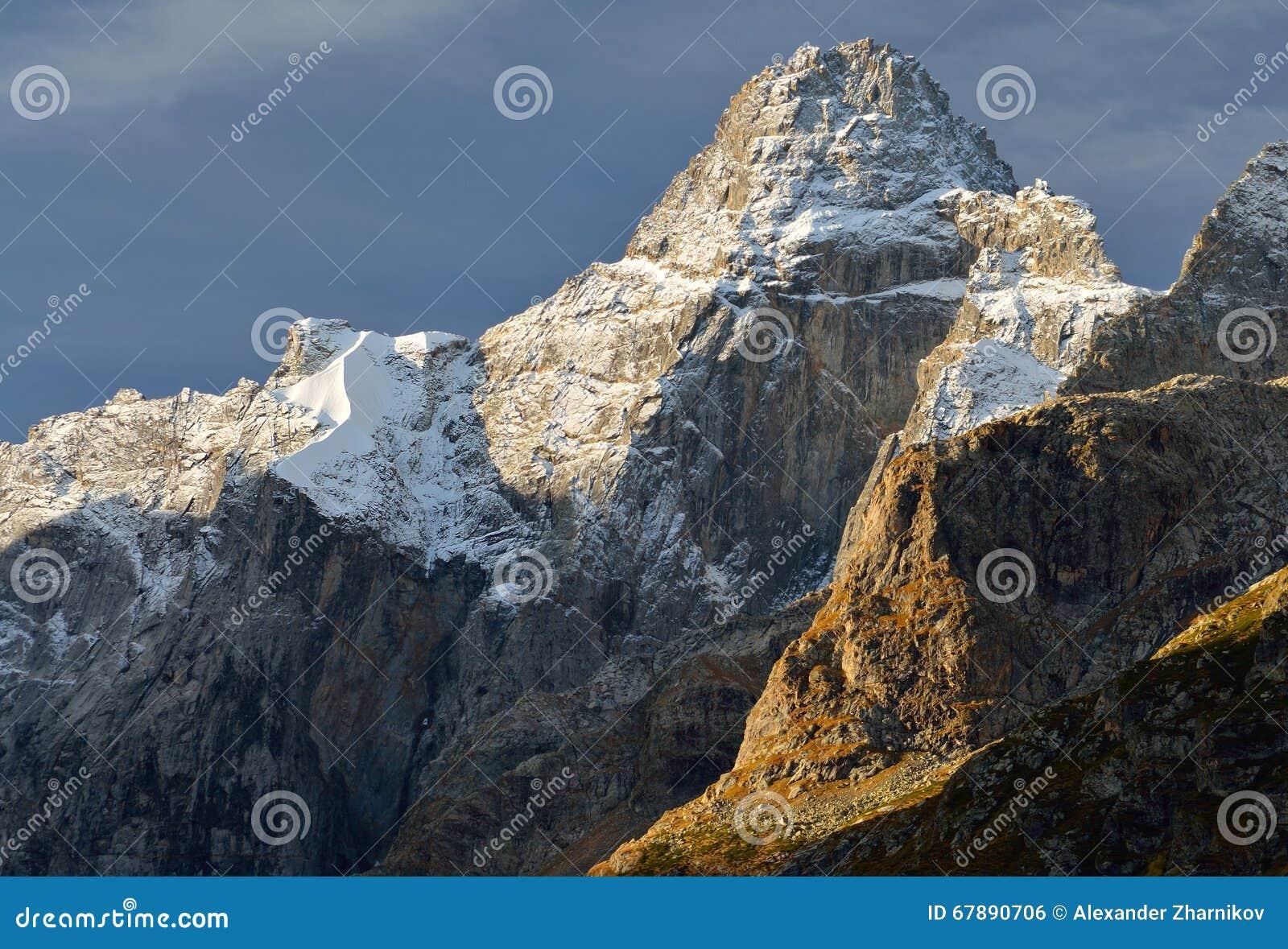 在断裂的山顶