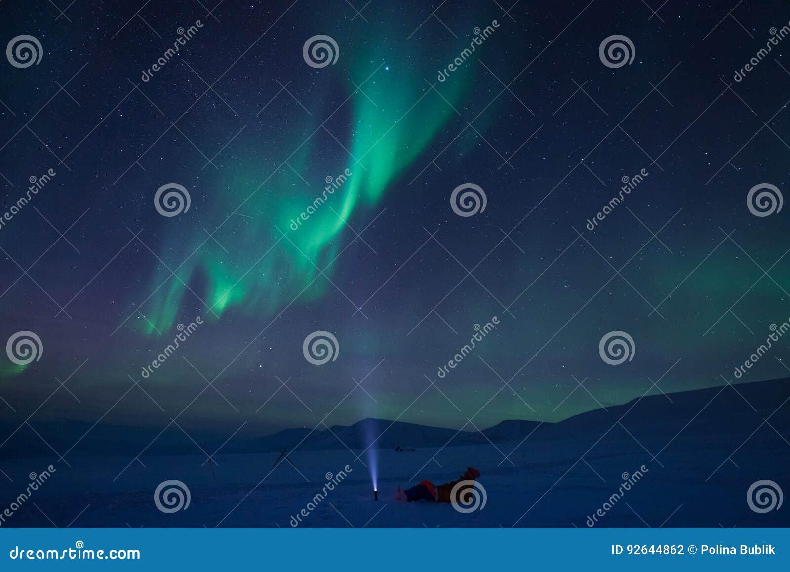 在斯瓦尔巴特群岛,朗伊尔城,卑尔根群岛,挪威墙纸山的北极光