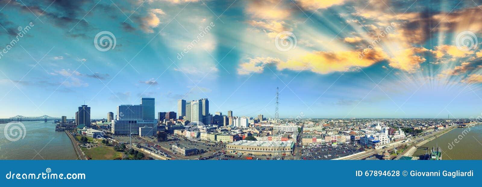 在新奥尔良的日落天空 城市和河鸟瞰图