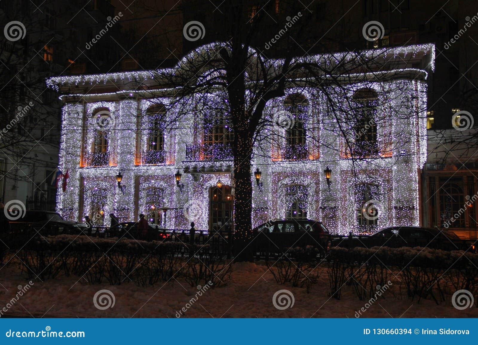 在新年和圣诞节假日期间,在老大厦门面的照明在莫斯科的中心