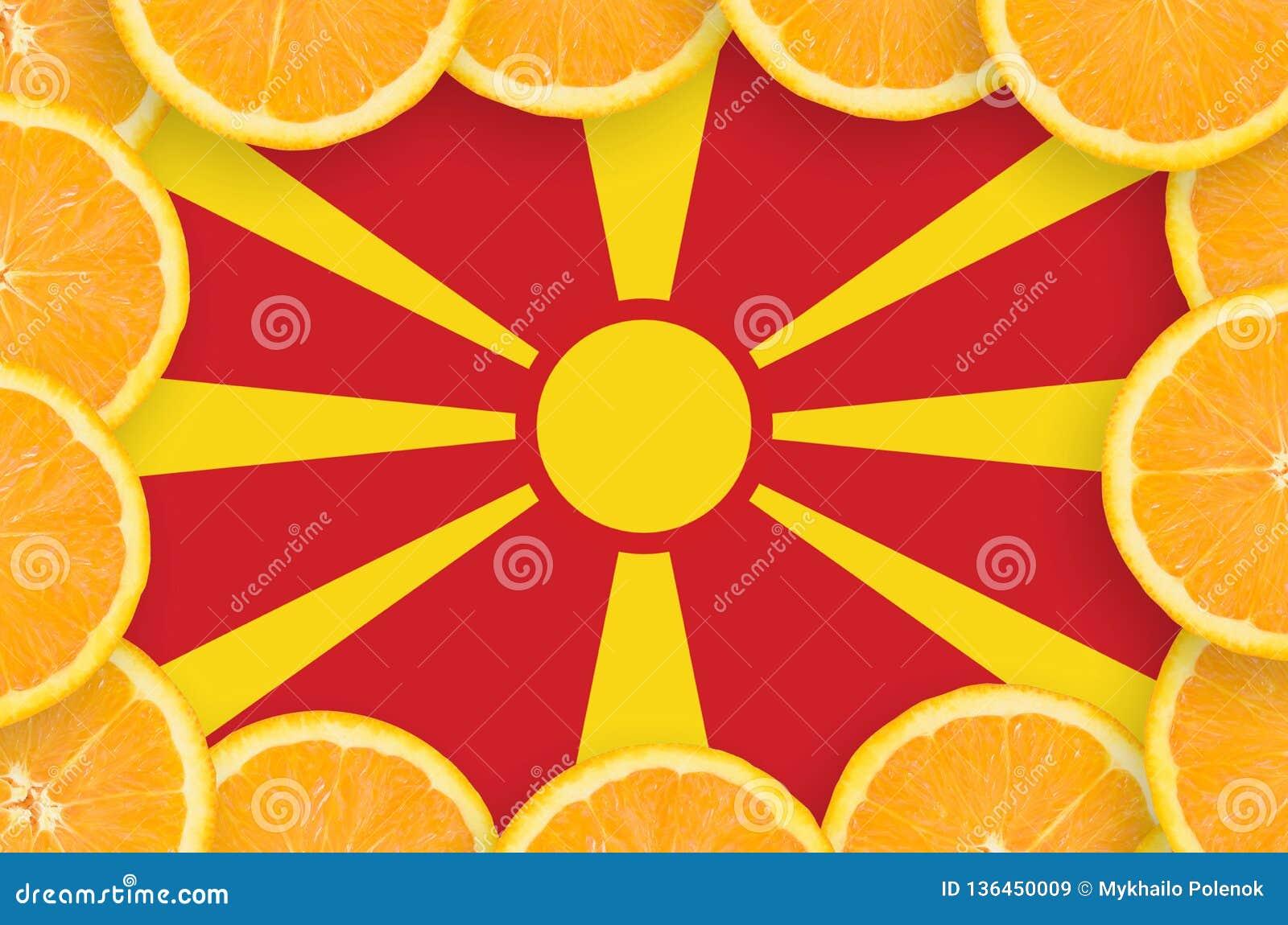 在新柑桔切片框架的马其顿旗子