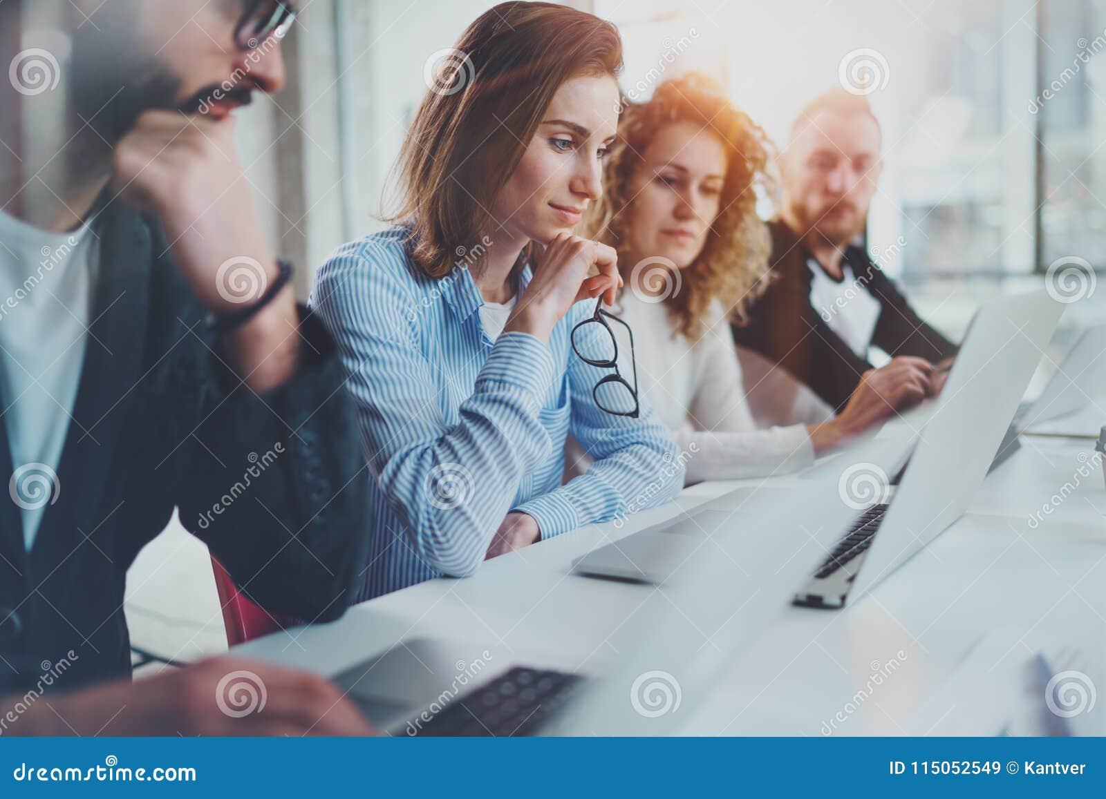 在新的企业介绍的小组工友在晴朗的会议室 水平 被弄脏的背景