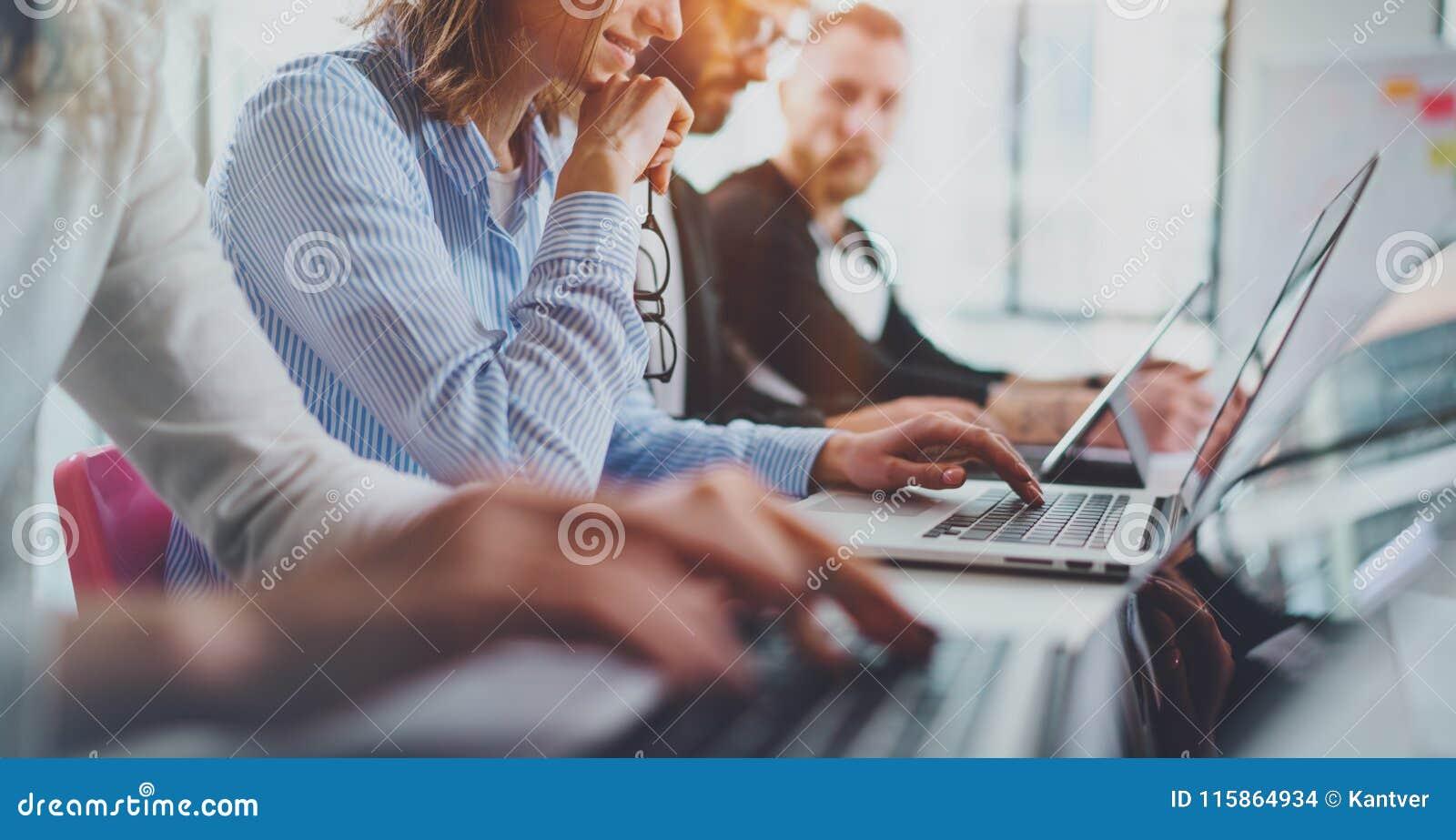 在新的企业介绍的特写镜头观点的年轻工友在晴朗的会议室 水平宽