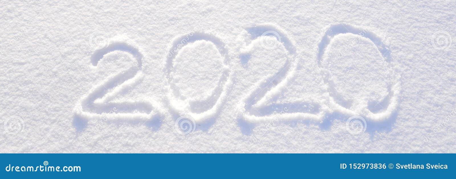2020在新雪纹理-寒假,圣诞快乐,新年概念好日子背景写的文本