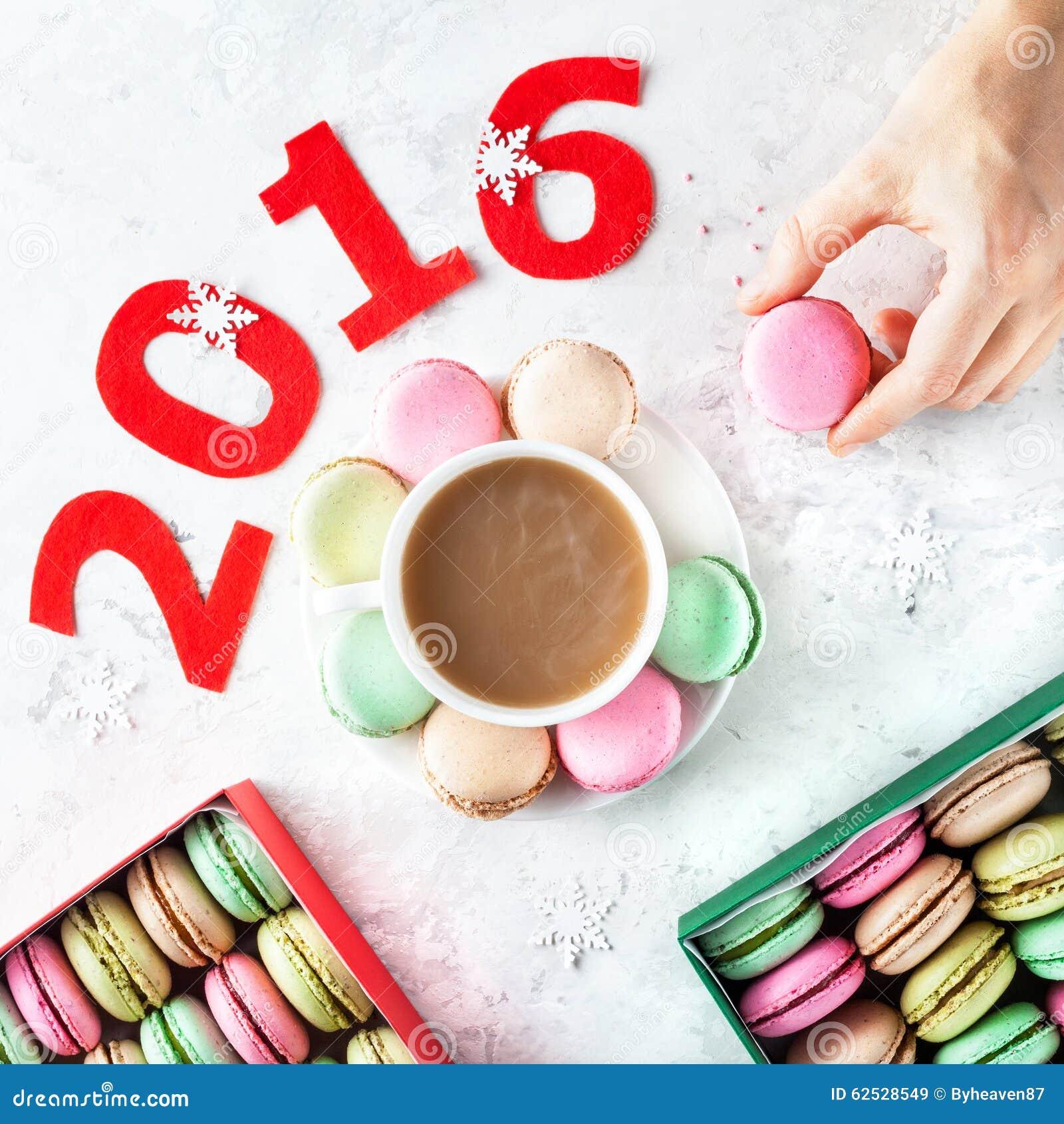 在新年时间的五颜六色的法国macarons