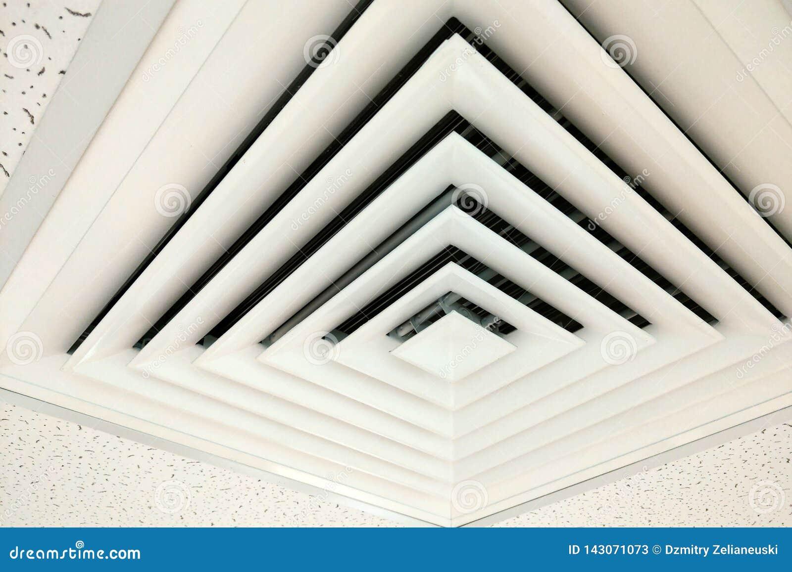 在方形的形状的空气管道,适应的热化的输送管在一块修造的天花板