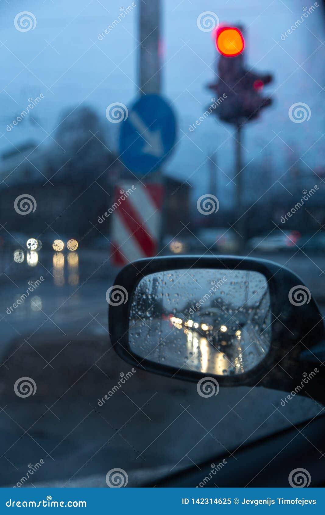 在旁边后视镜的堵车有红色红灯的