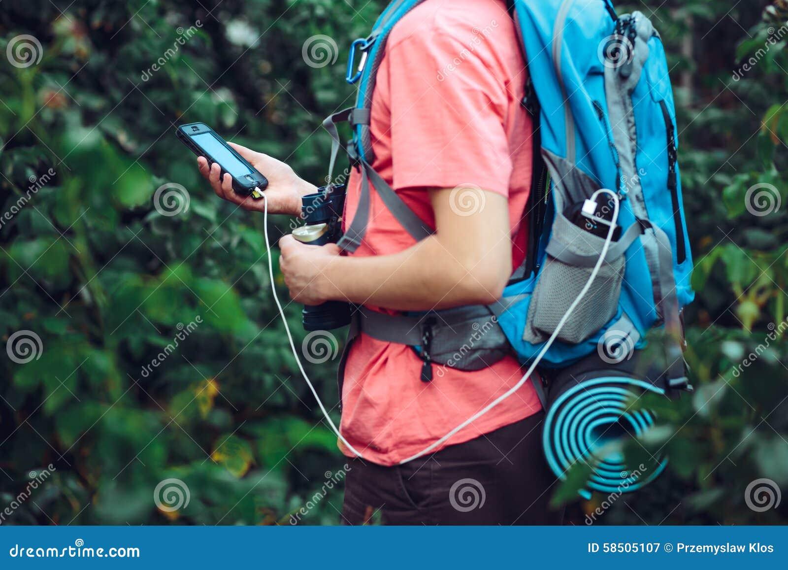 在旅途期间的充电的手机