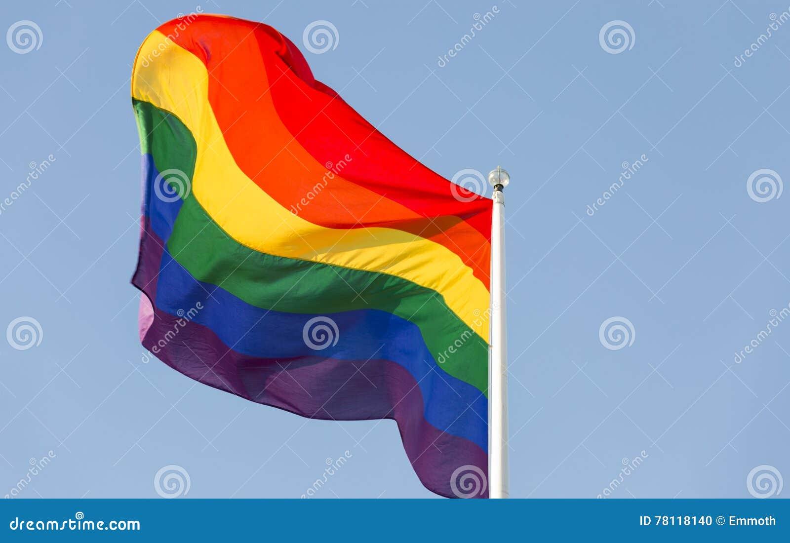 在旗杆的彩虹旗子