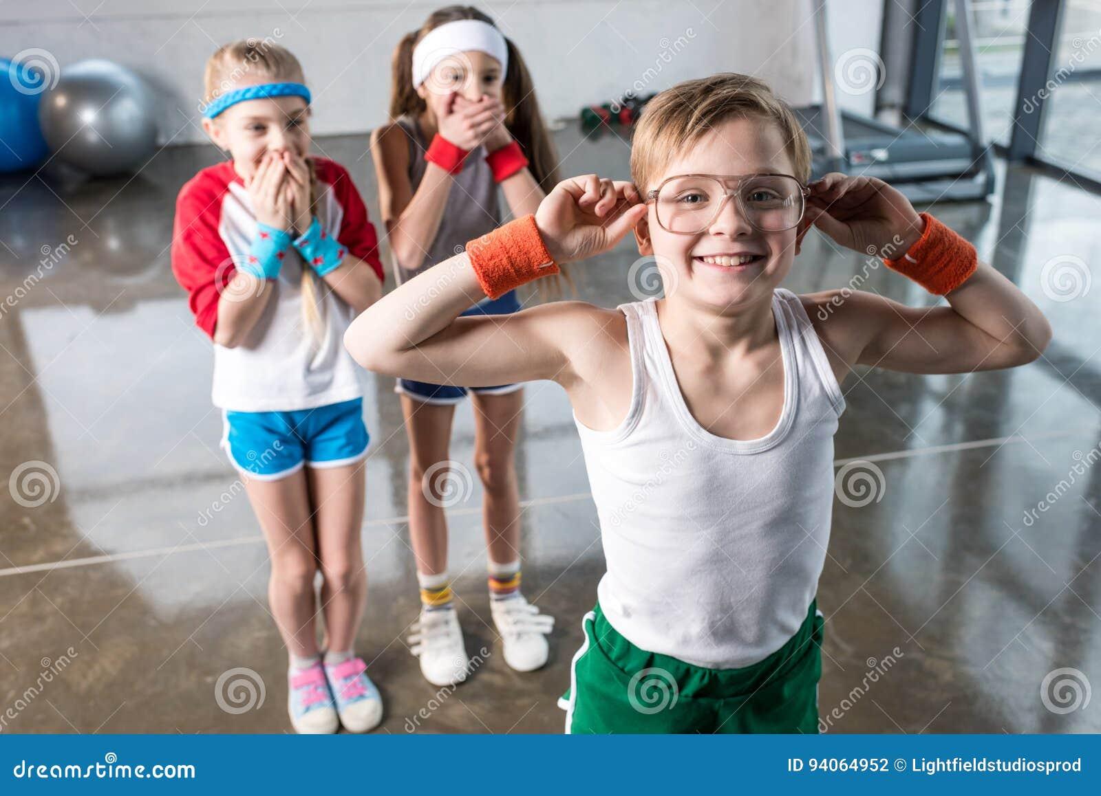 在无所事事在健身演播室的运动服的可爱的孩子