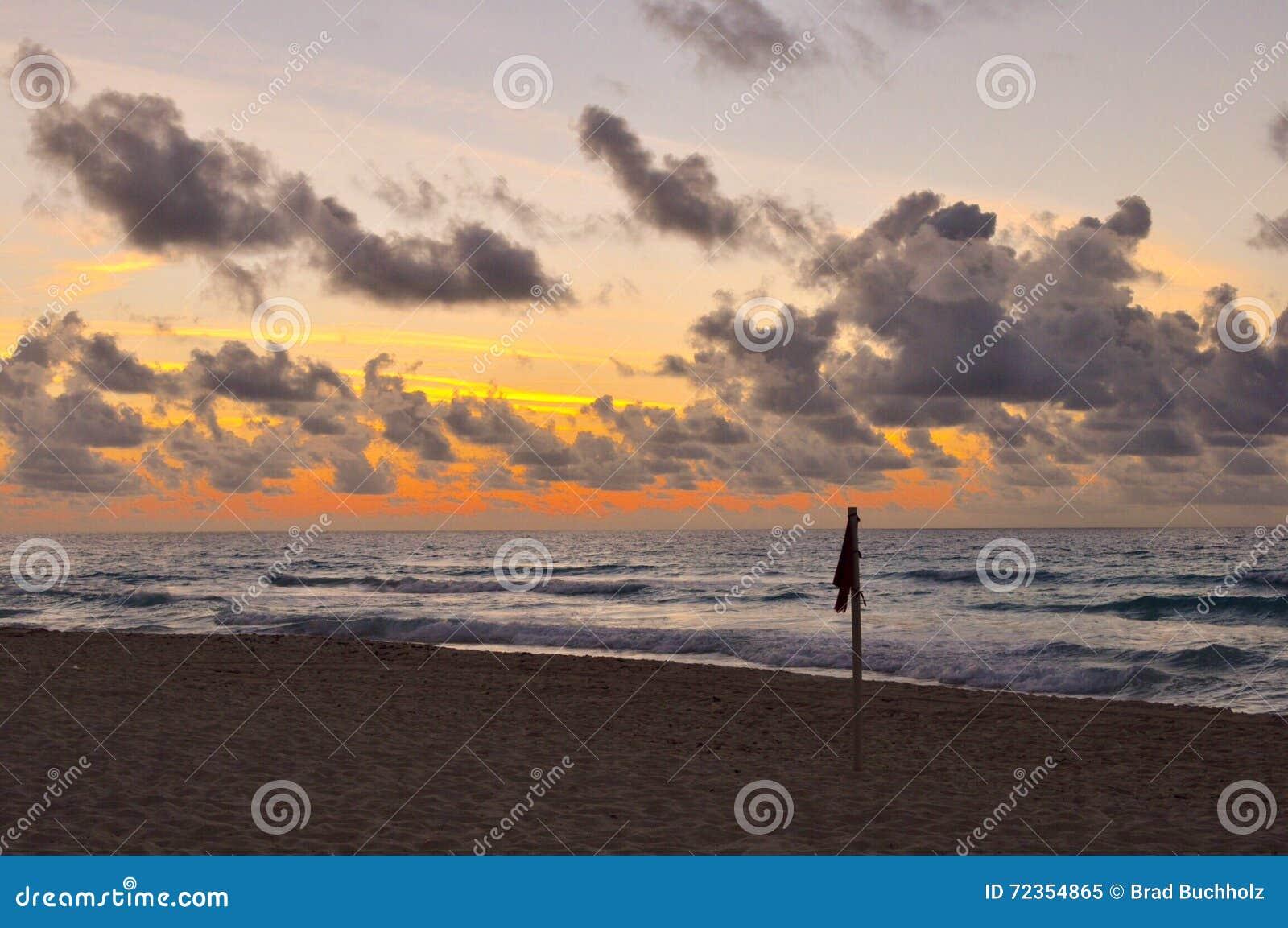 在日出的海滩标志