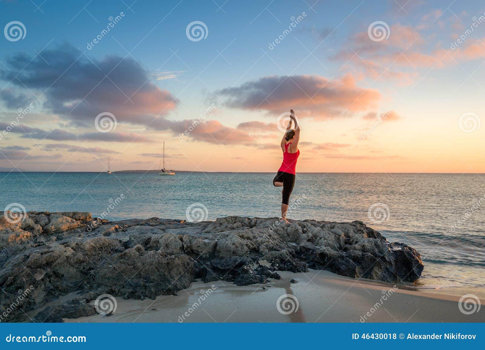 在日出的瑜伽