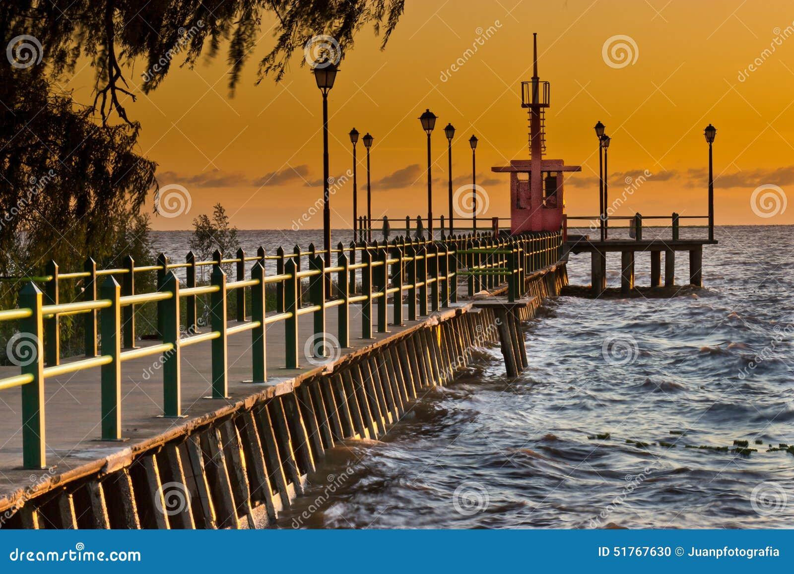 在日出的码头
