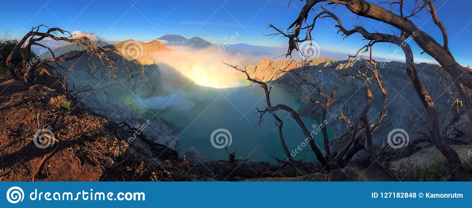 在日出的Kawah伊真火山