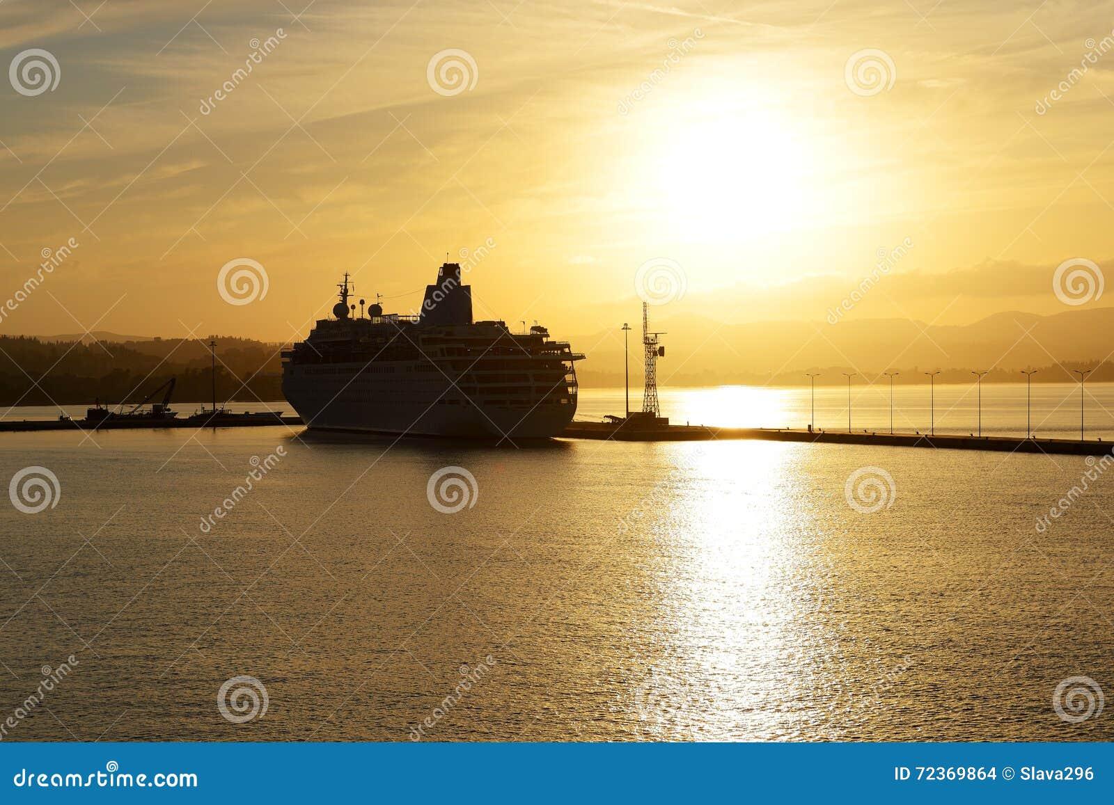 在日落期间的游轮在Kerkyra口岸