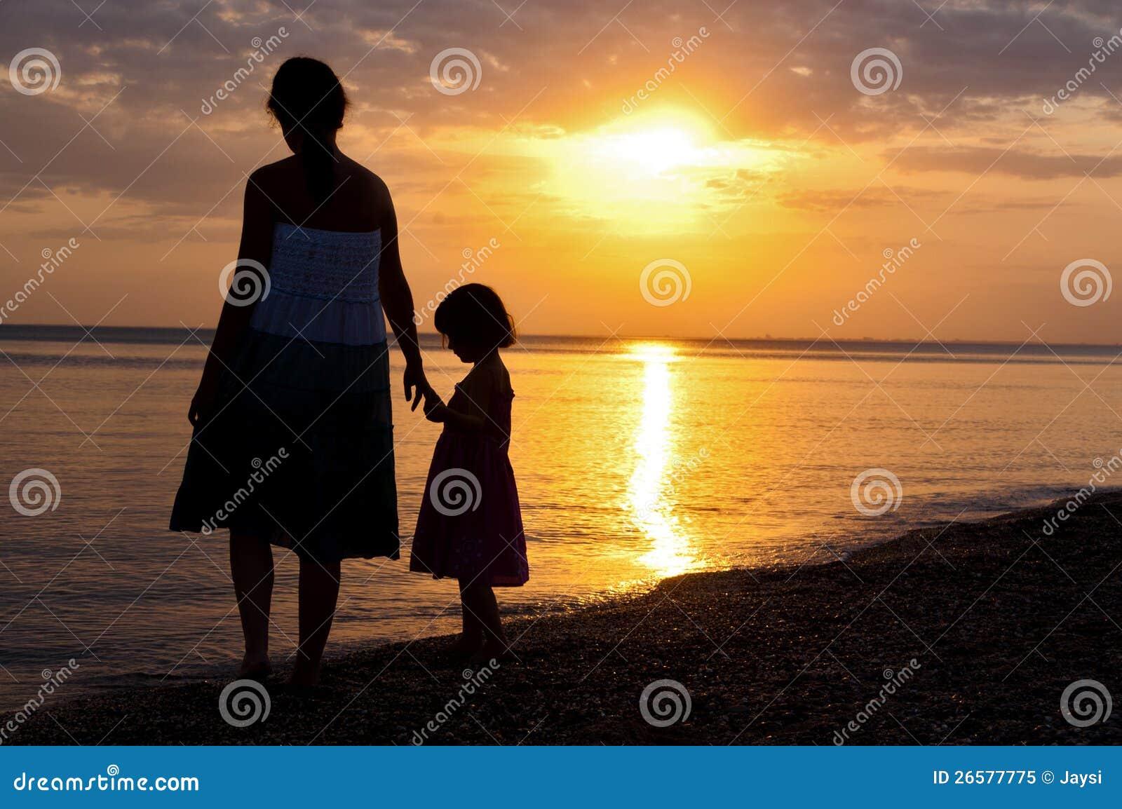 外国母亲与儿子性交图片_在日落海滩的母亲和孩子剪影