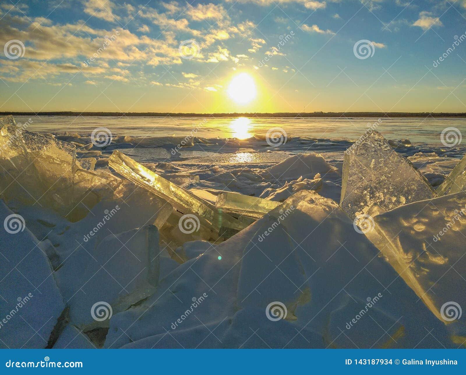 在日落的冰川