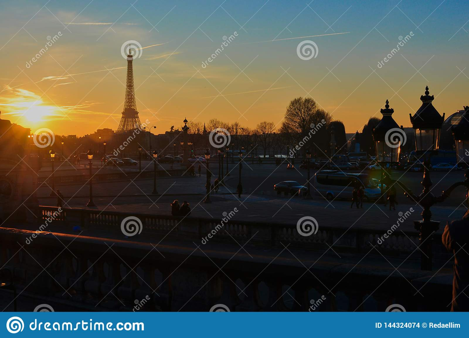 在日落的埃菲尔铁塔在冬天