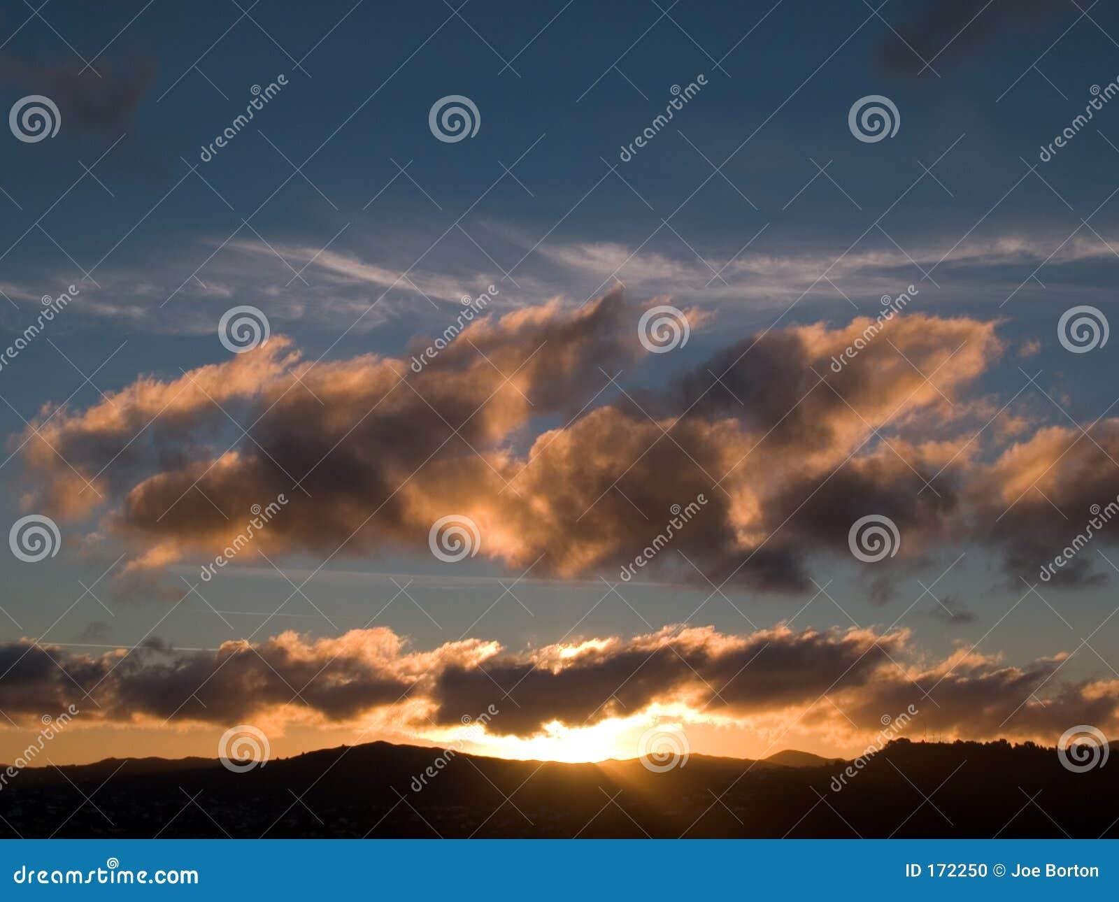 在日落的小山