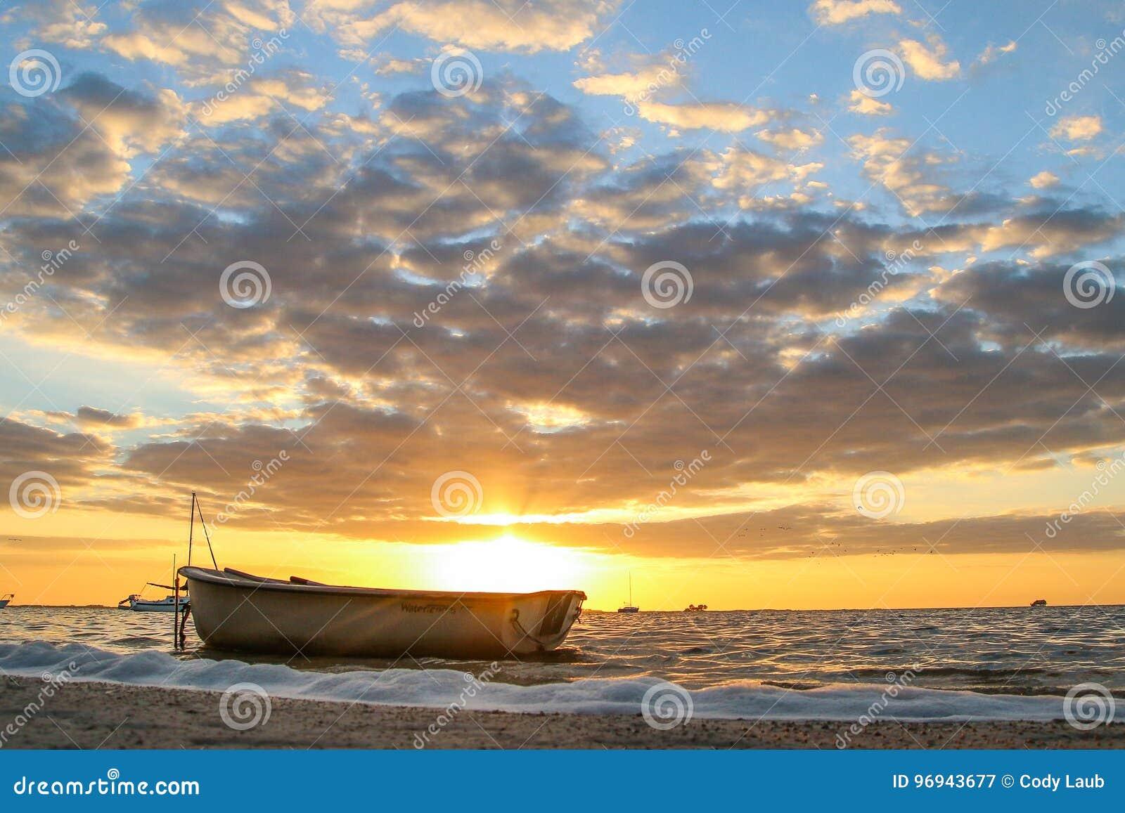 在日落的小船