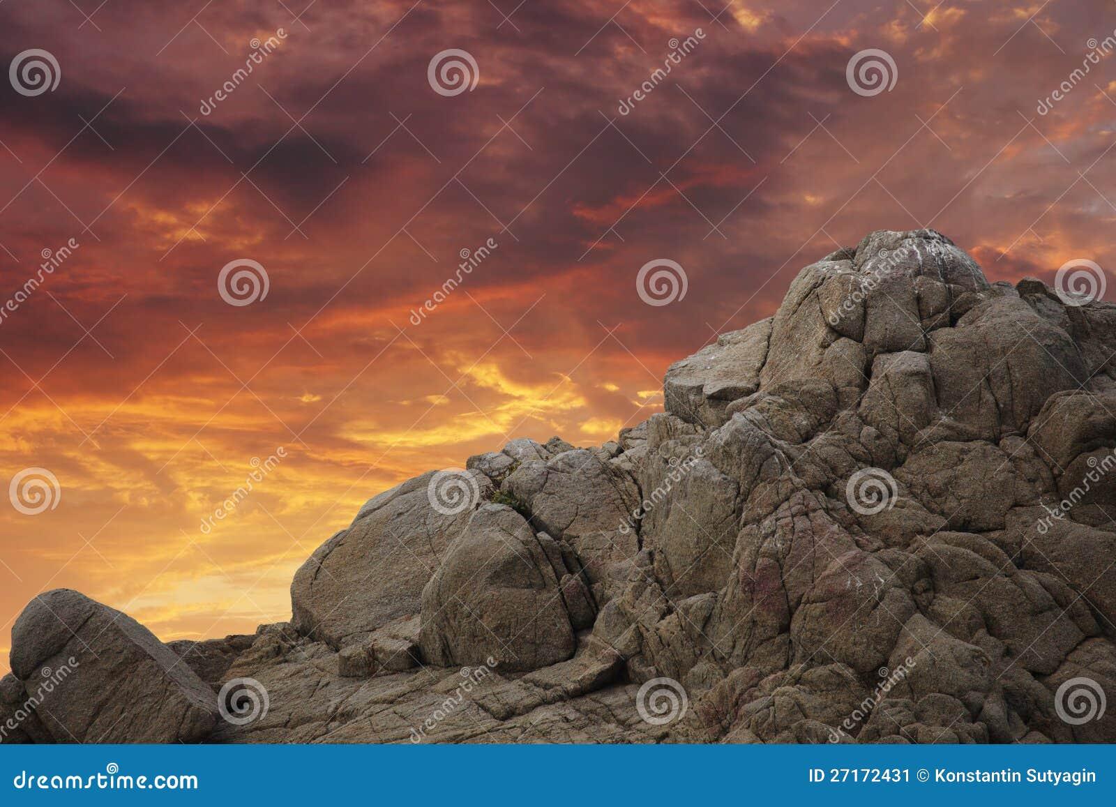 在日落的山岩石