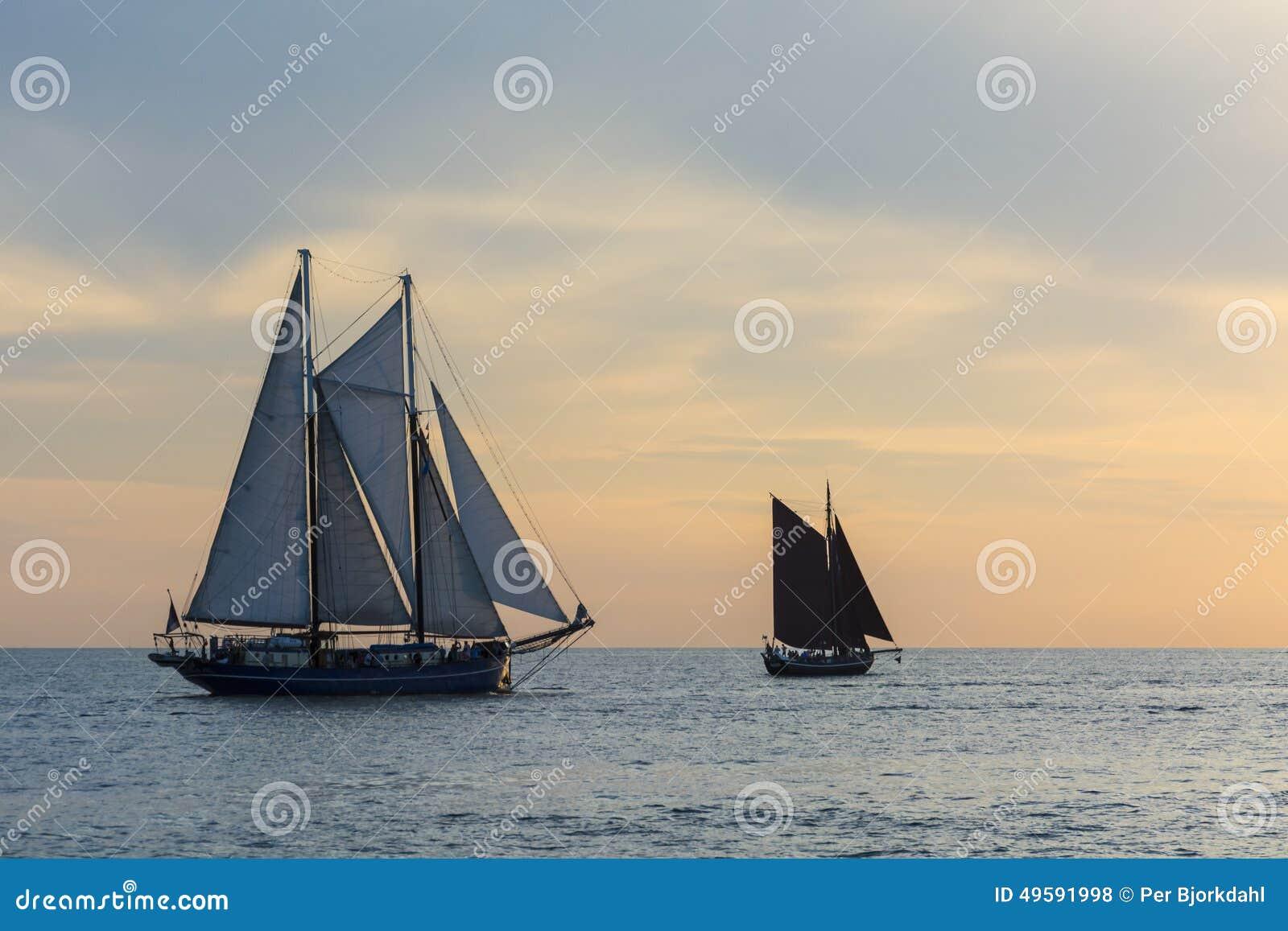 在日落的帆船