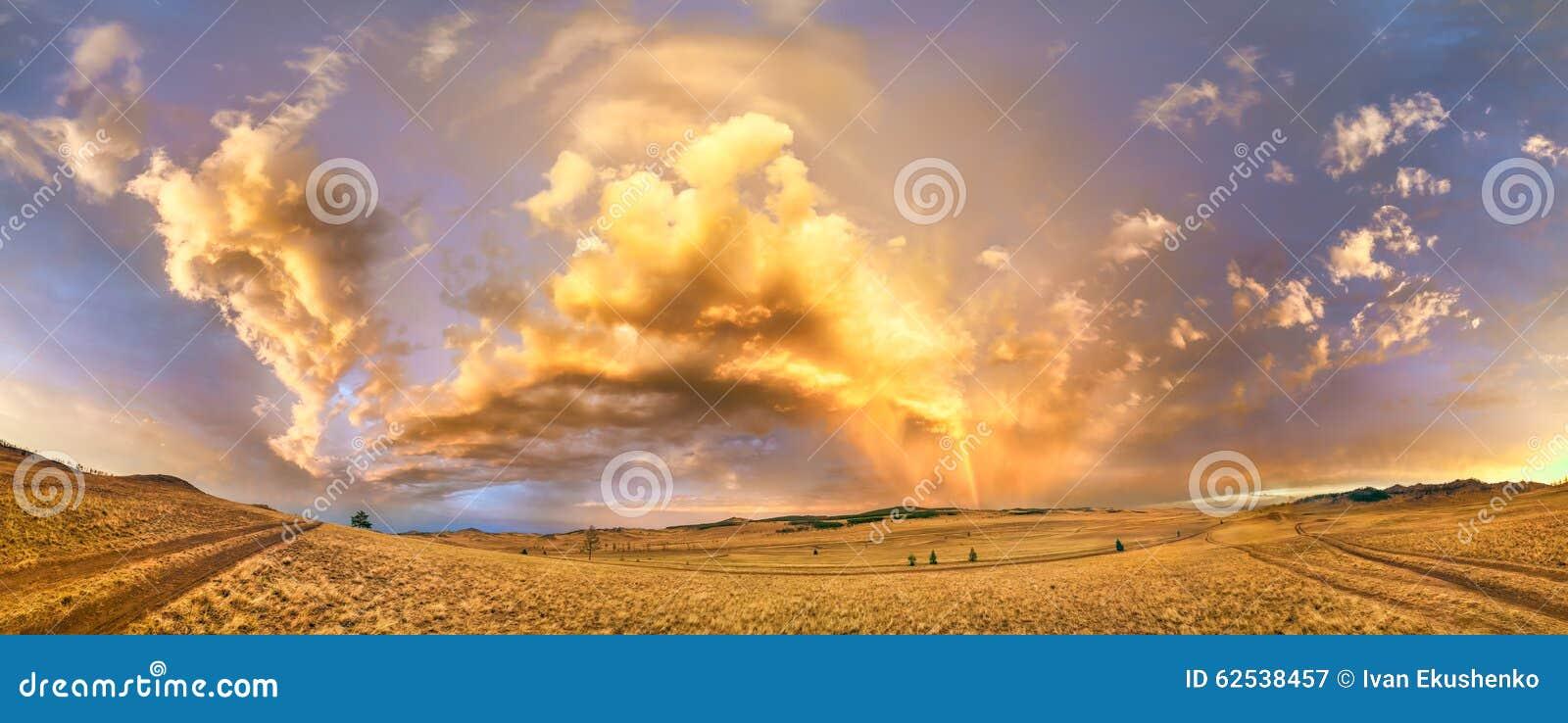 在日落的彩虹在途中的一场风暴以后向贝加尔湖