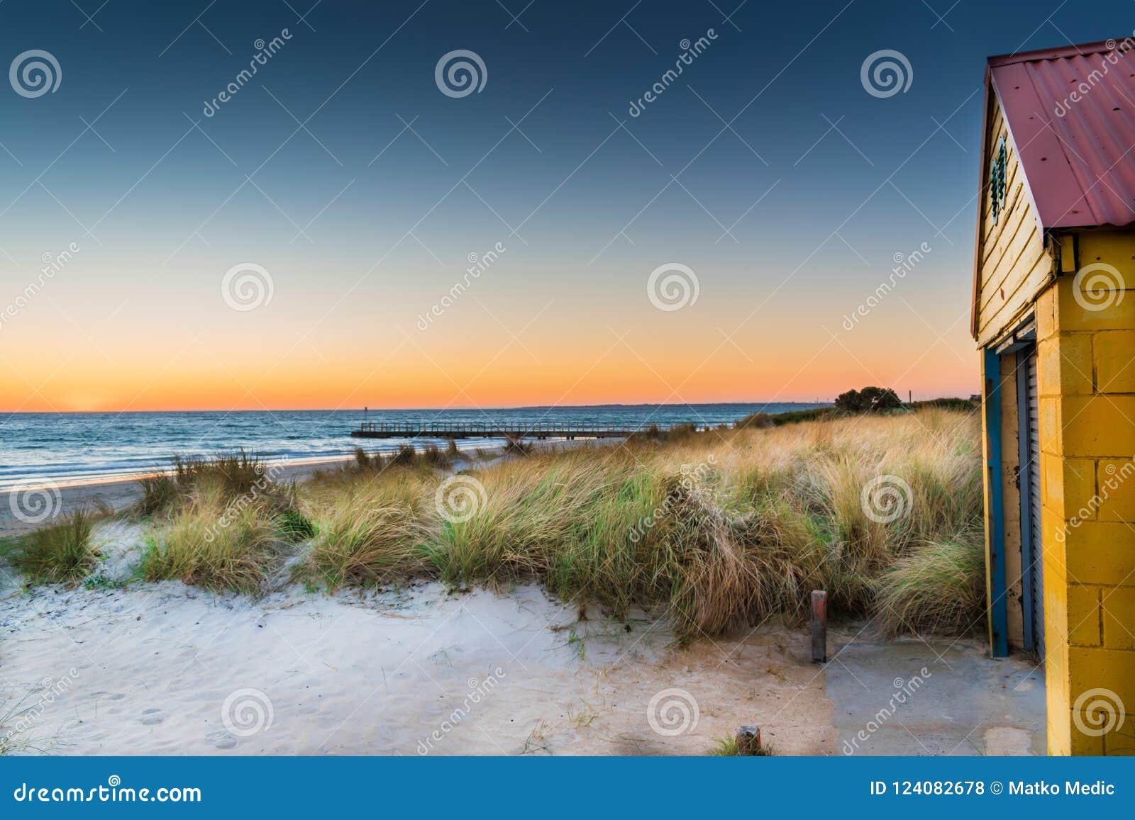 在日落的海滩客舱