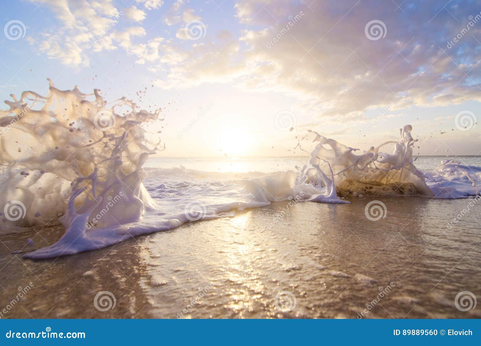 在日落的海飞溅