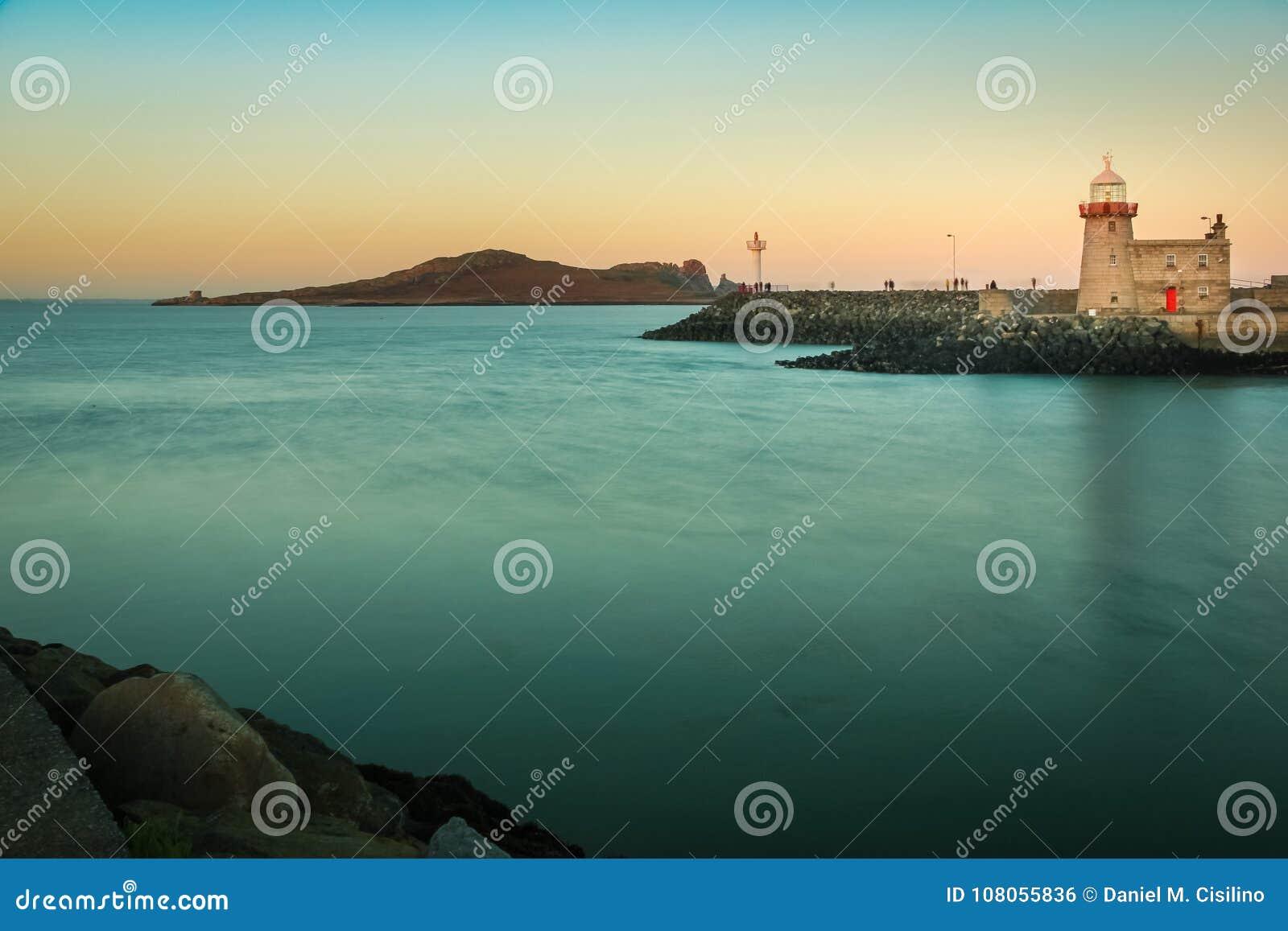 在日落的港口灯塔 Howth 都伯林 爱尔兰