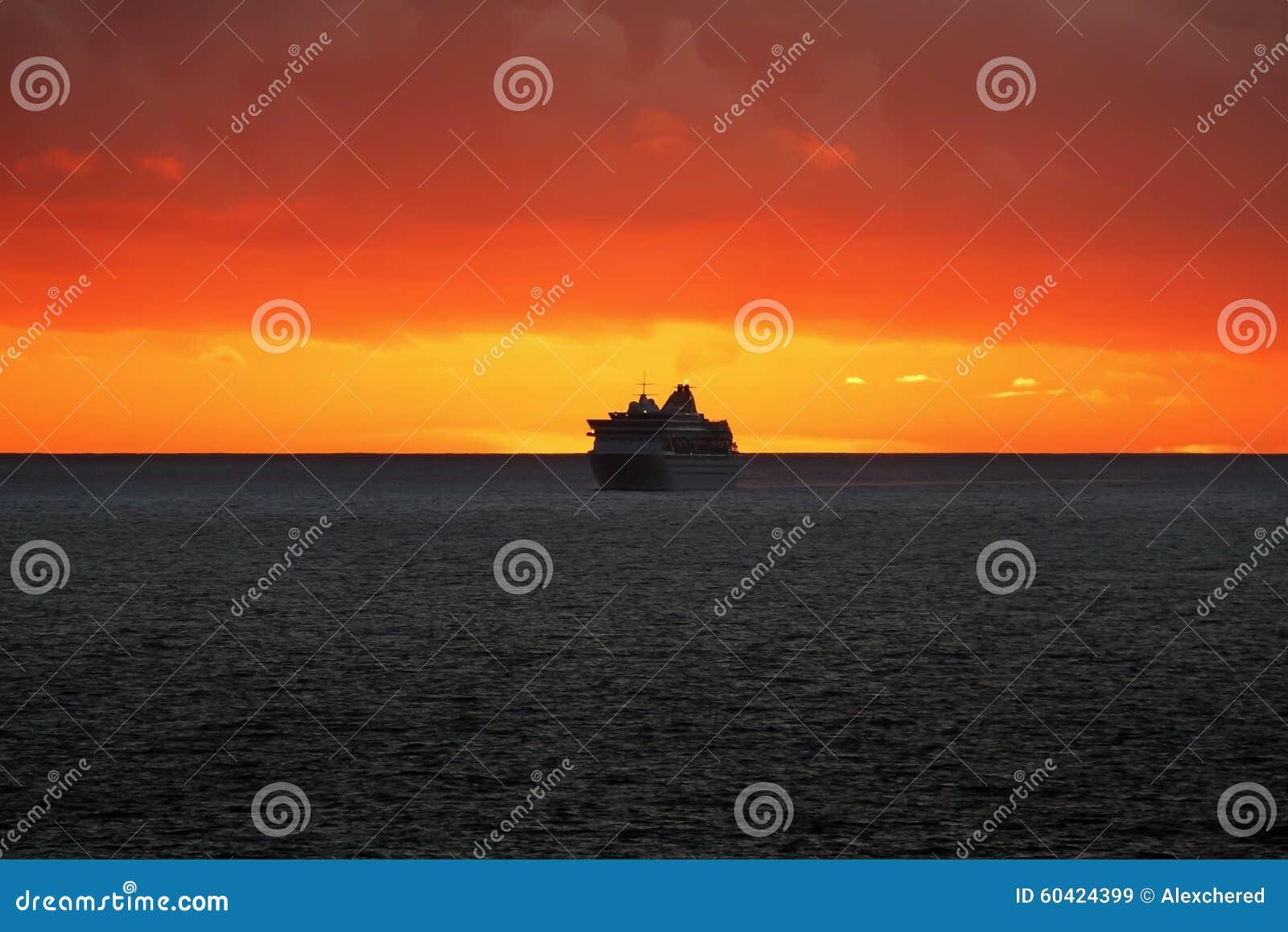 在日落的游轮在海洋