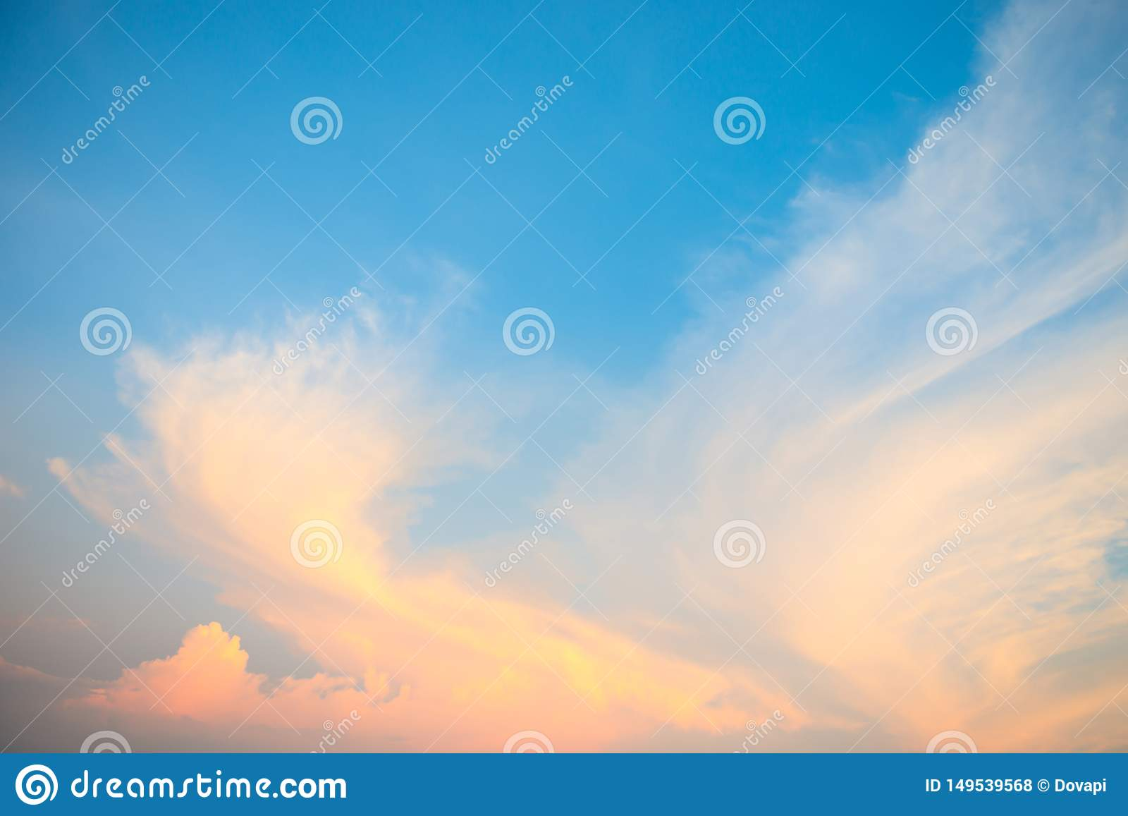 在日落的美好的cloudscape
