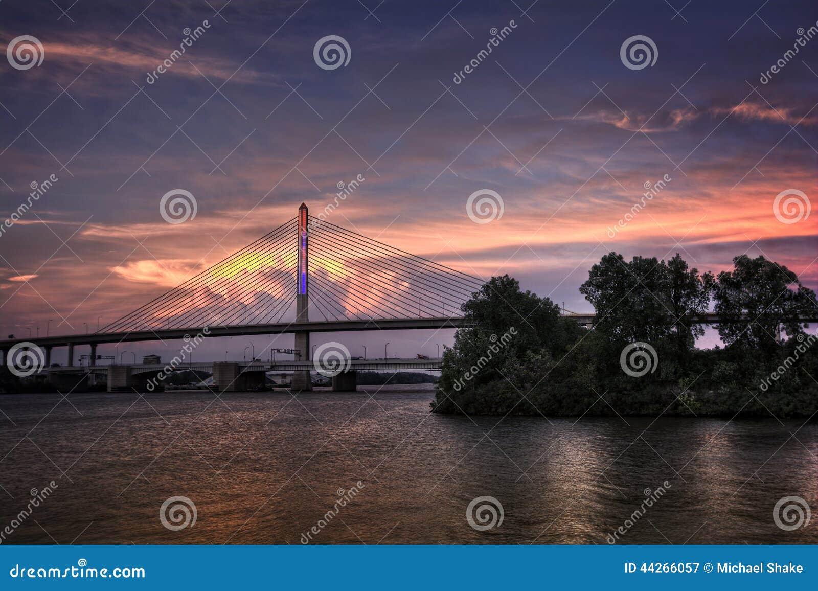 在日落的退伍军人玻璃城市Skyway桥梁