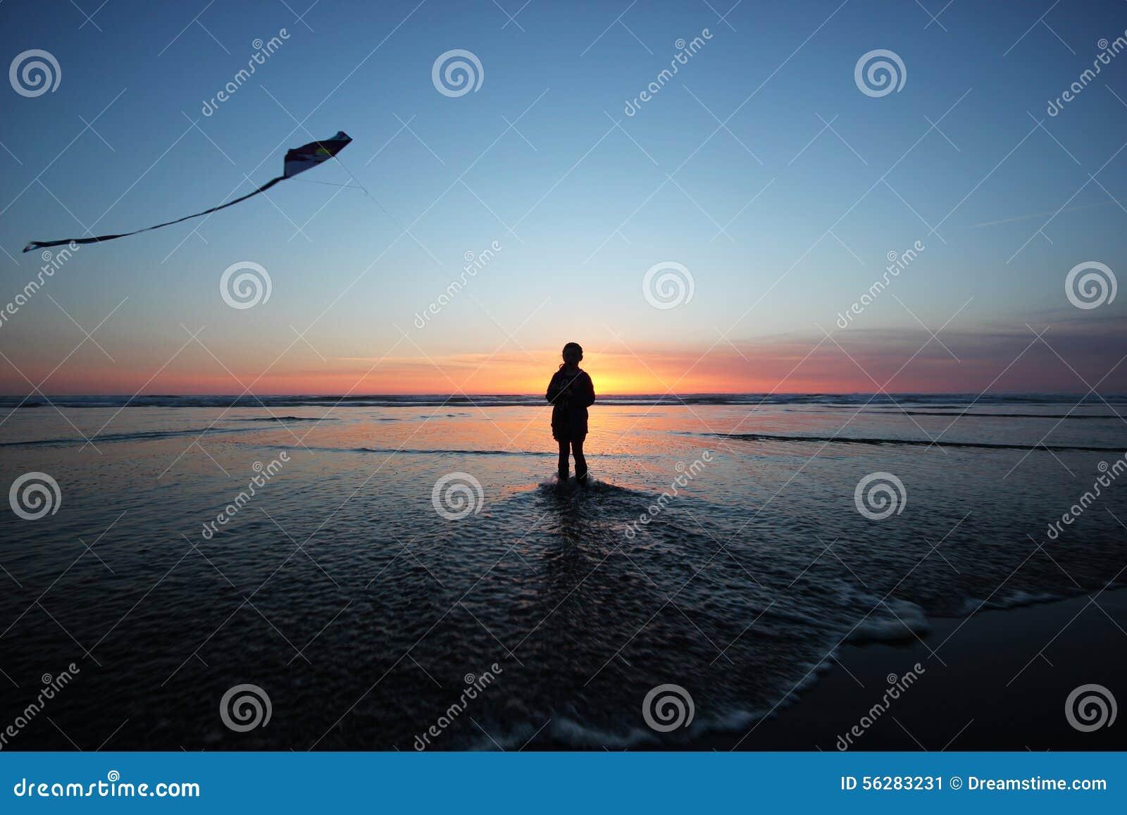 在日落的风筝飞行