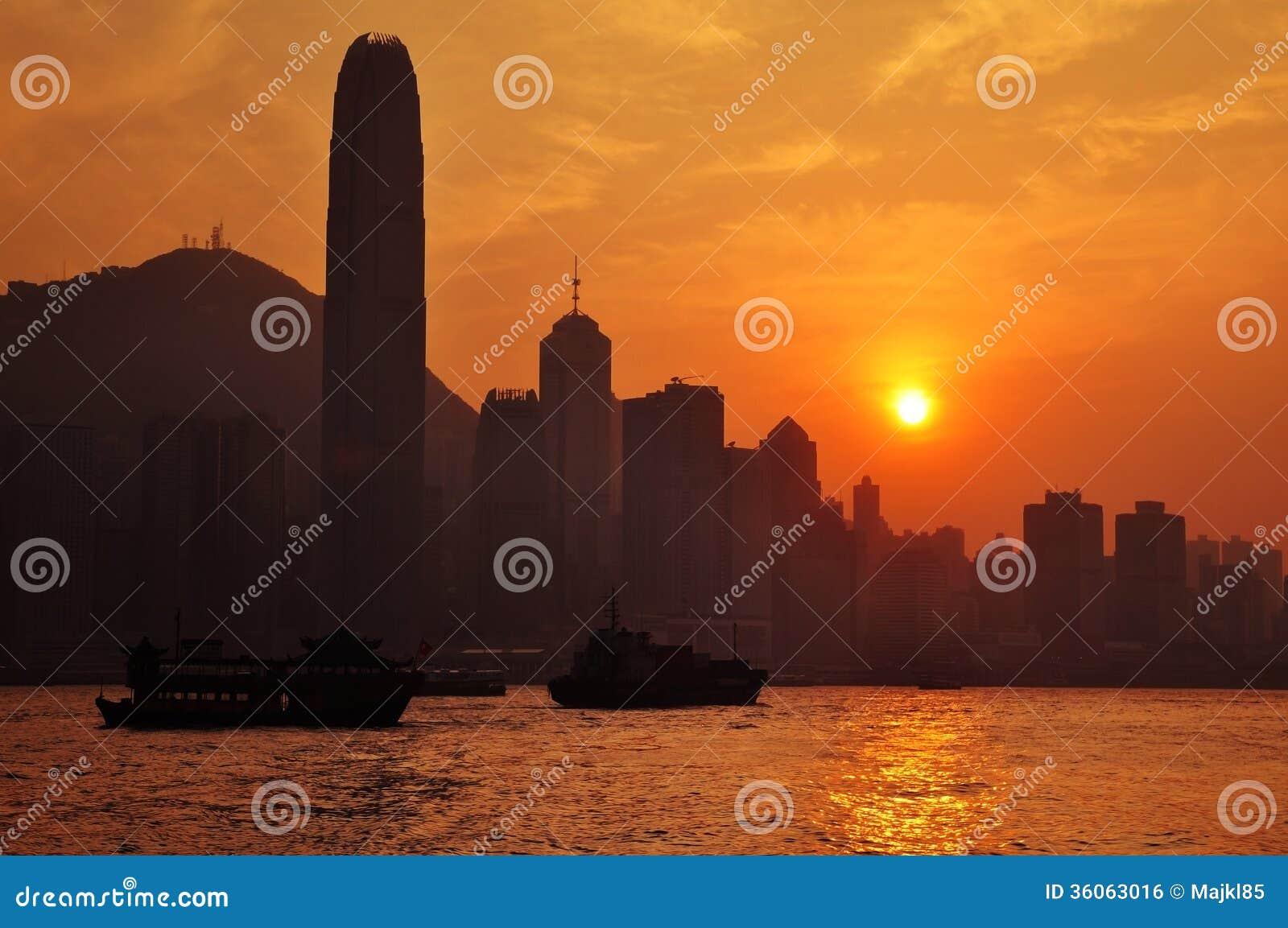 在日落的香港地平线-与维多利亚小山在背景中.图片