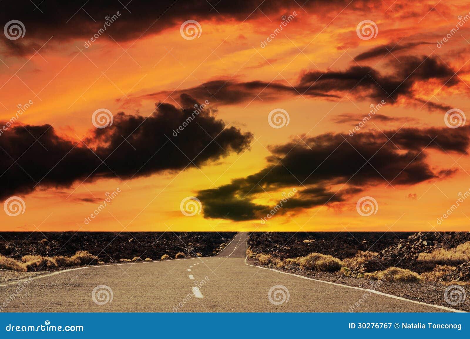 在日落的路。