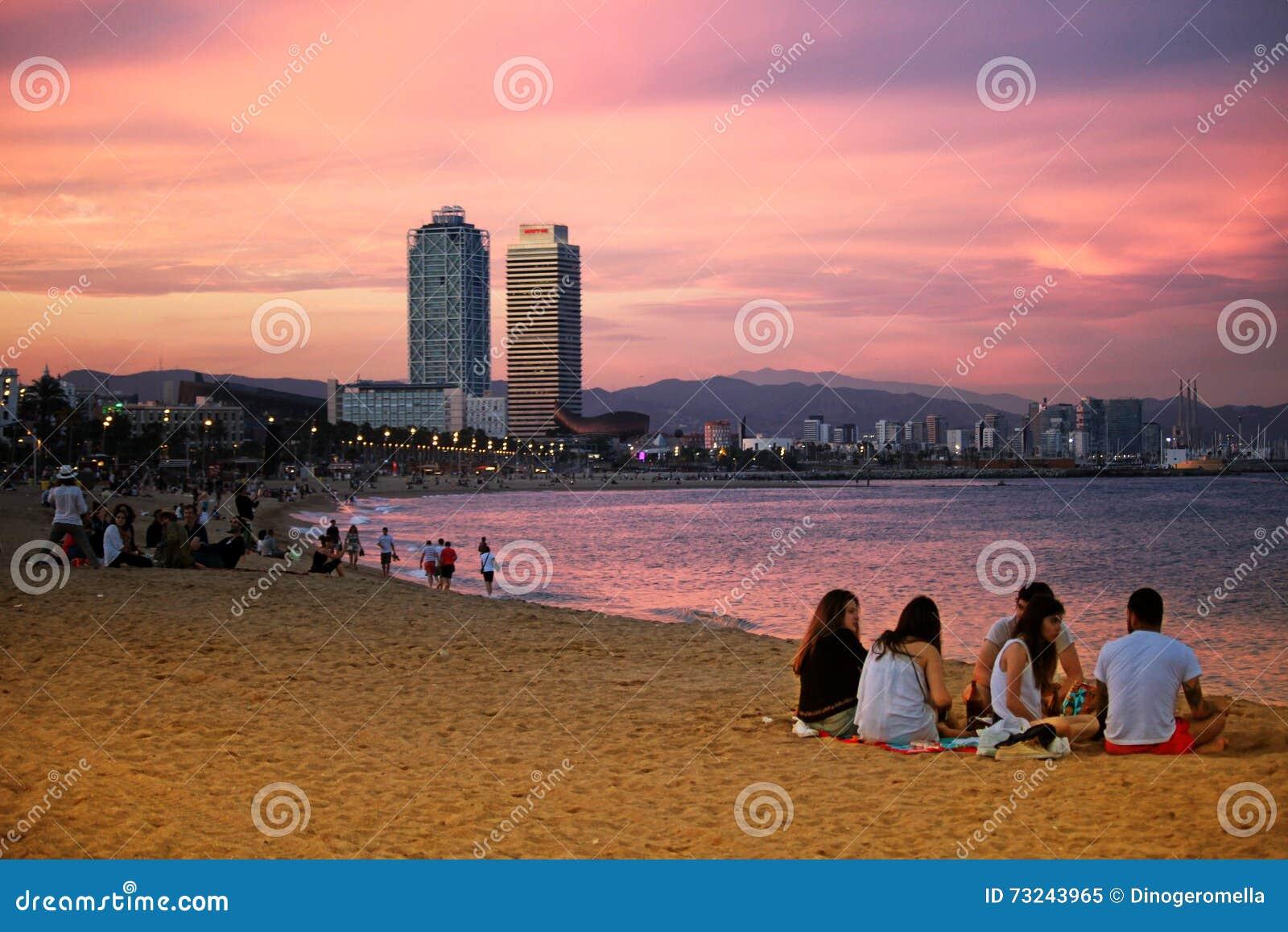 在日落的Barceloneta海滩