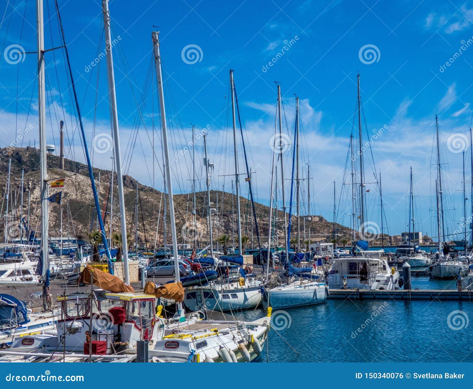 在旧港口的小船在卡塔赫钠,西班牙