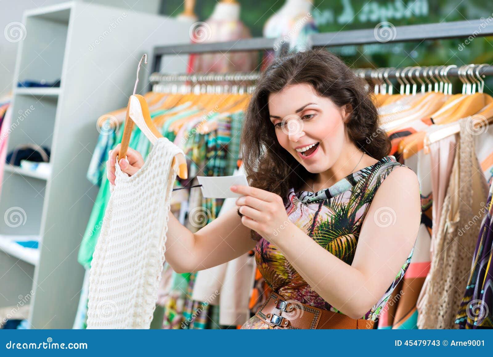 在时尚百货商店的少妇购物