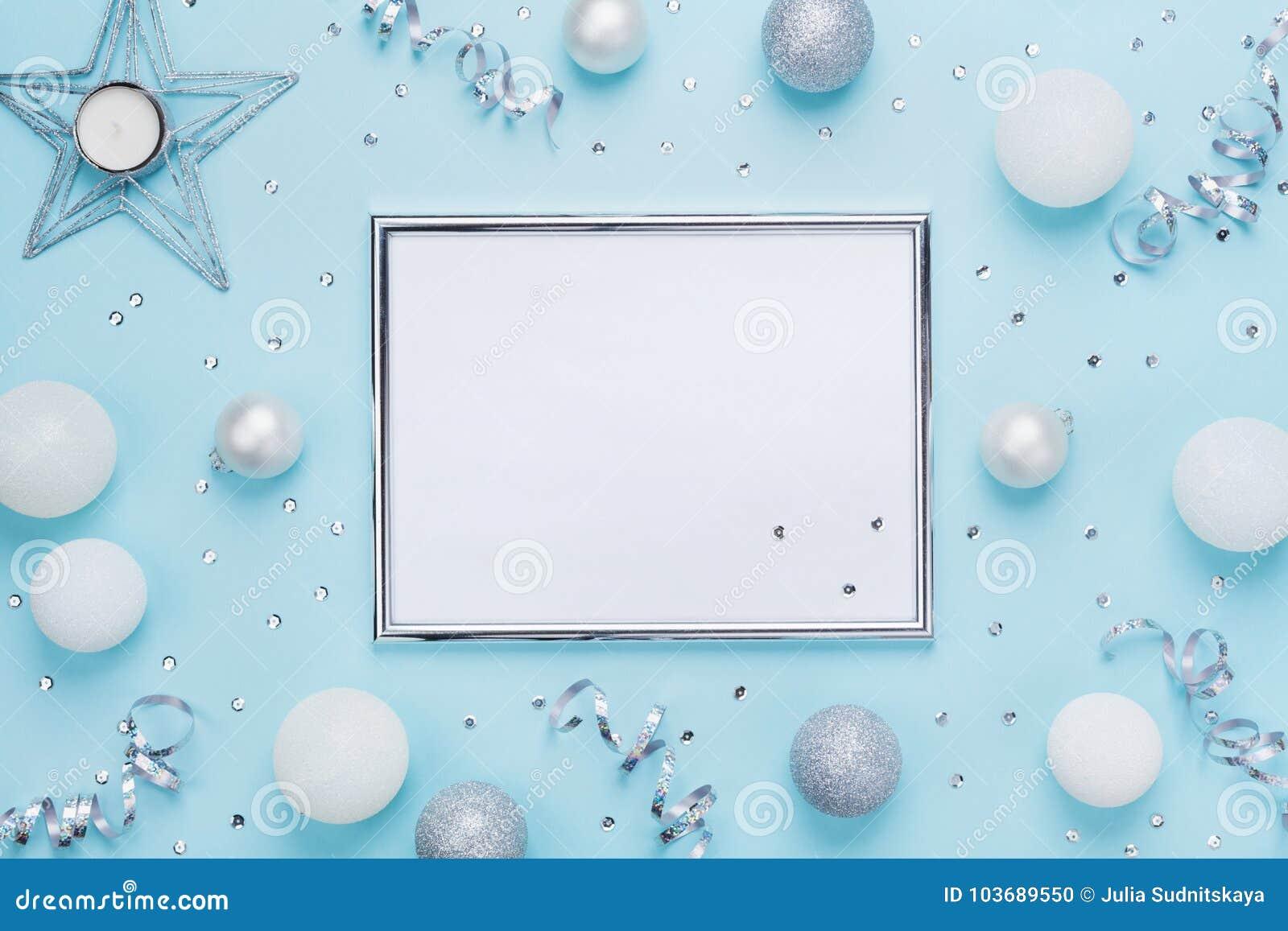 在时髦的蓝色台式视图的银色框架和圣诞节装饰 背景计算机方式模仿屏幕 平的位置 党大模型,邀请