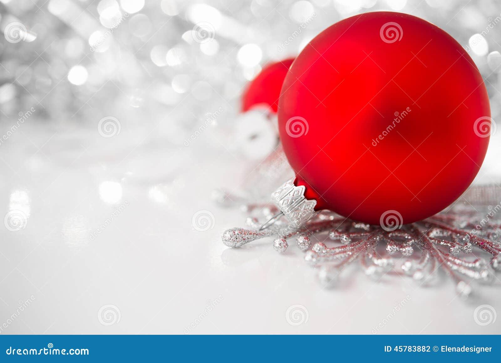 在明亮的假日背景的红色和银色xmas装饰品