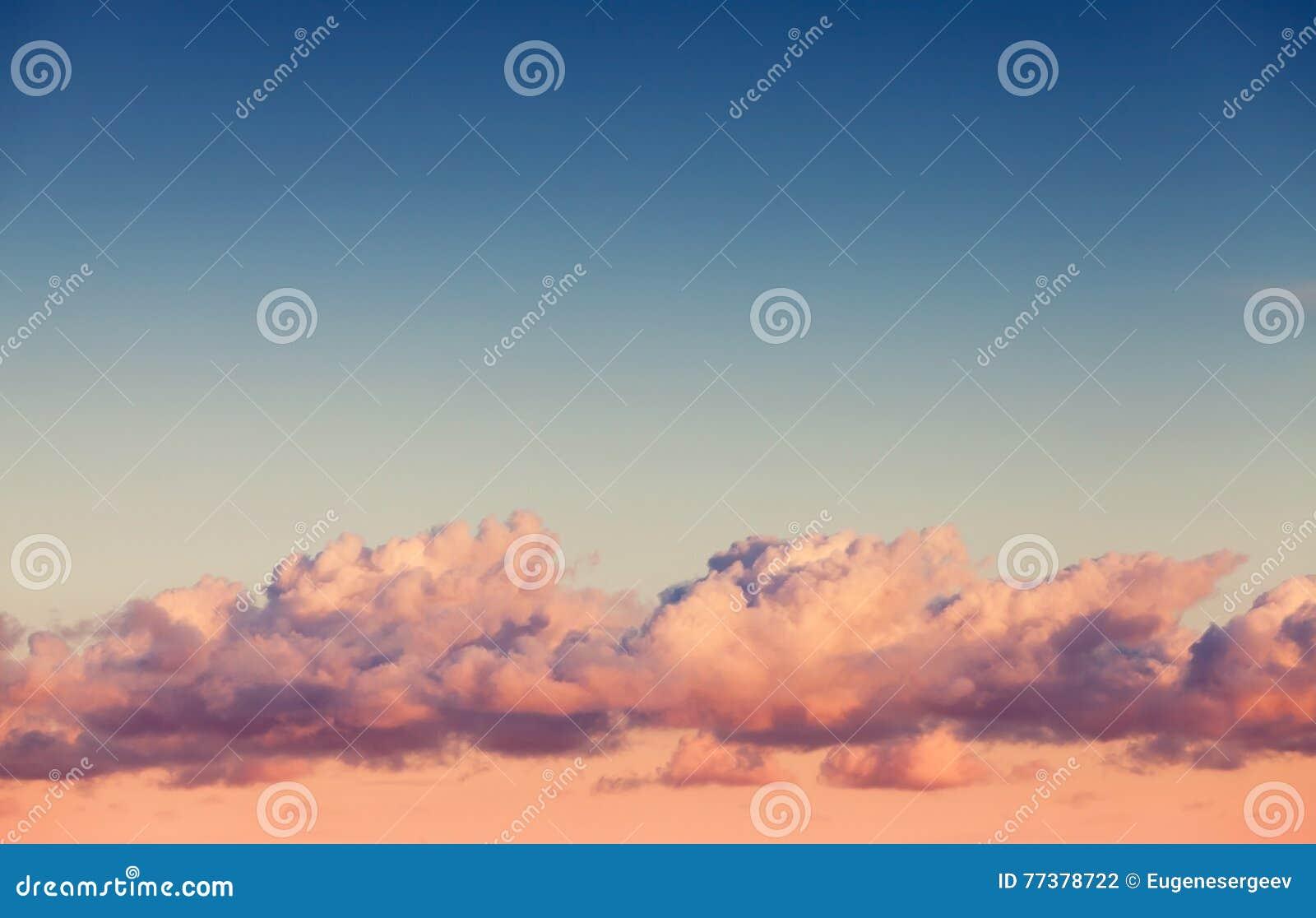 在明亮的晚上天空的云彩层数
