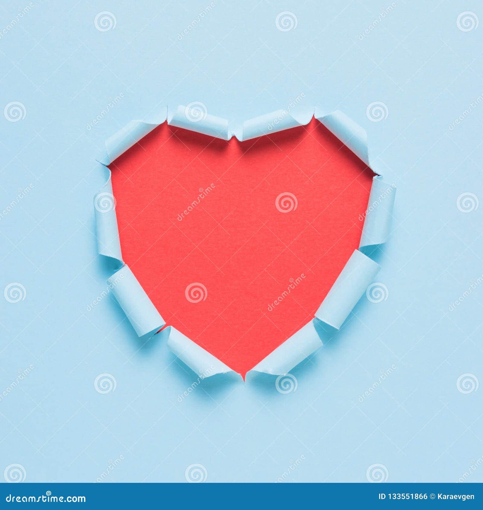 在明亮的背景的生动的被撕毁的纸心脏 最小的爱或象概念