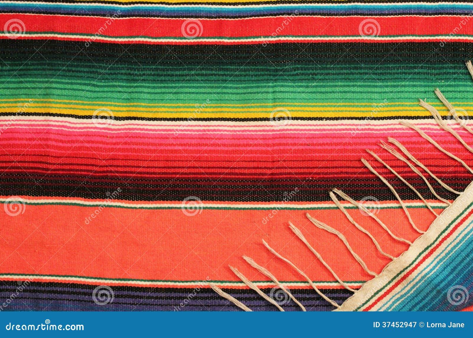 在明亮的颜色的墨西哥节日雨披地毯