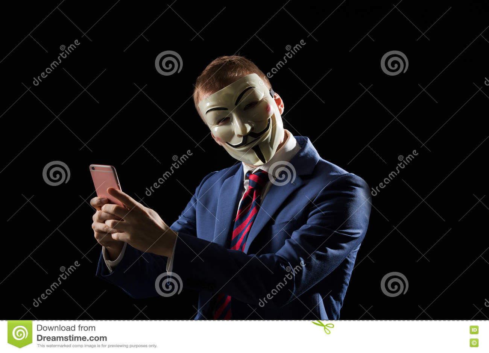 在是匿名的和暗示的面具乔装下的商人他是黑客或无政府主义者