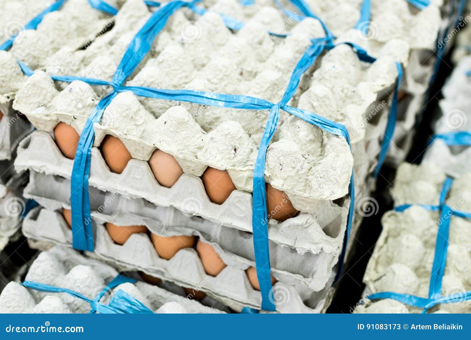 在显示器的很多鸡蛋待售在地方新鲜食品市场,热带巴厘岛,印度尼西亚上